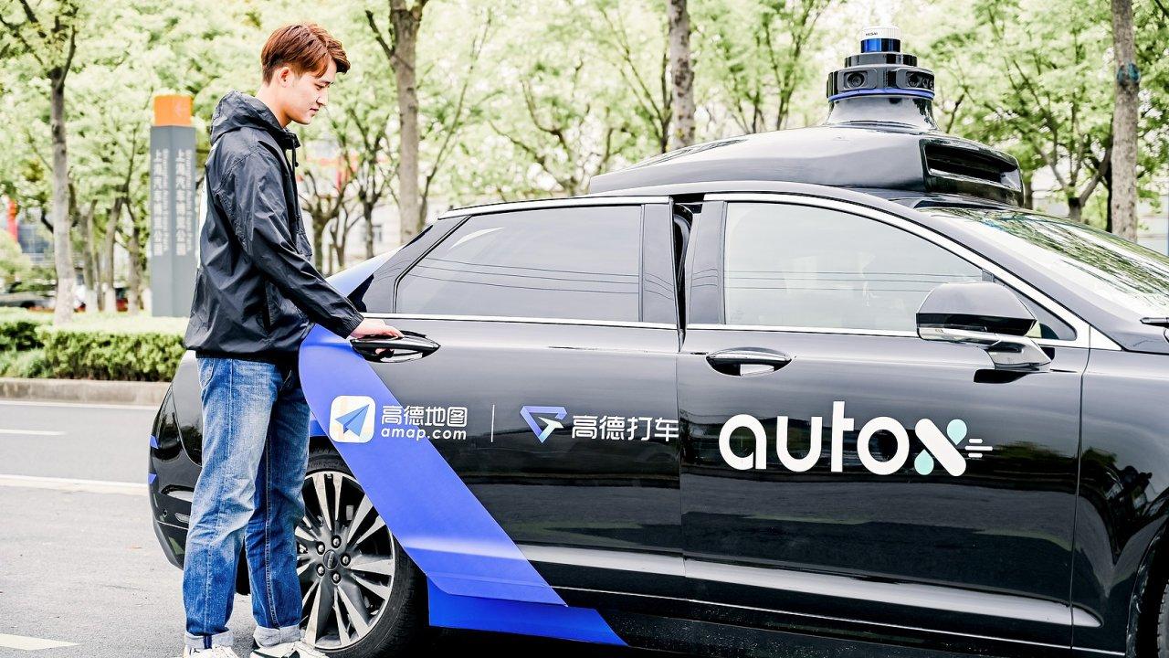 Úřady Šen-čenu společnosti povolily, aby své robotaxíky veměstě provozovala zcela bez řidičů. AutoX je první společností, které se povedlo takové povolení vrámci Číny získat.