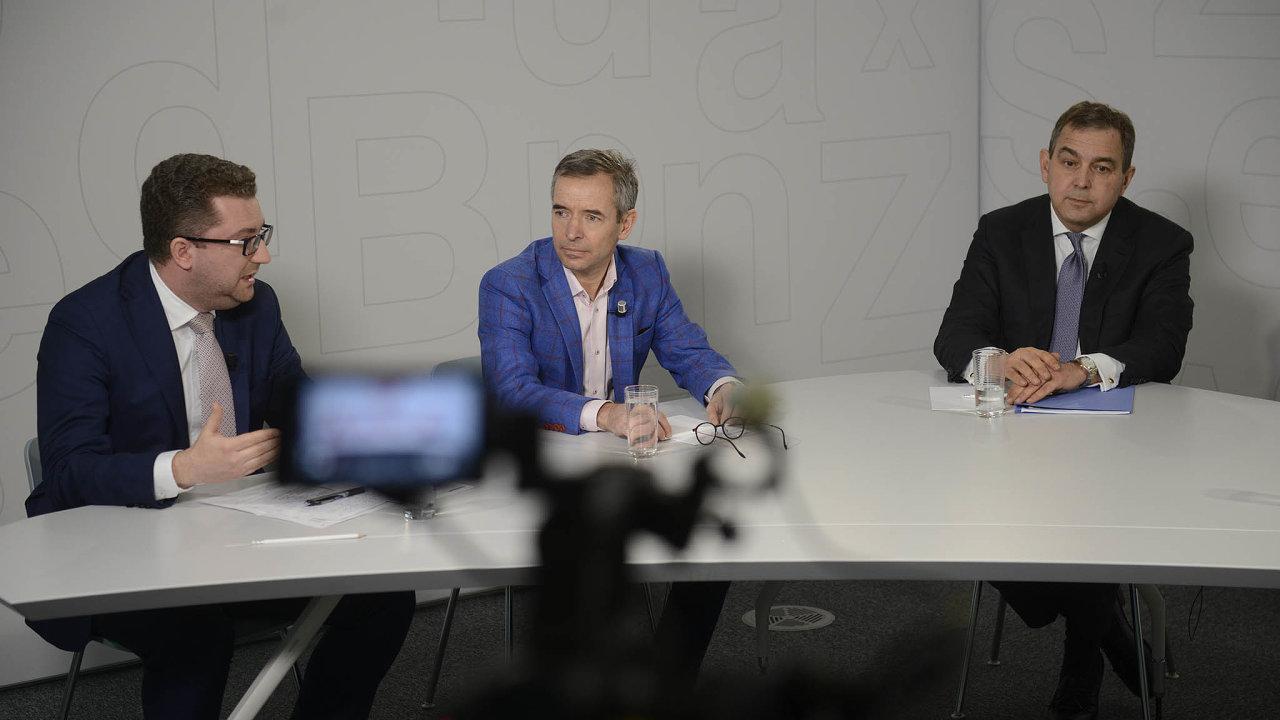 Debata HN. Nad výsledky bank v loňském roce debatovali zleva: hlavní ekonom investiční skupiny DRFG Martin Slaný, člen představenstva ČSOB Jan Sadil a šéf Monety Money Bank Tomáš Spurný.