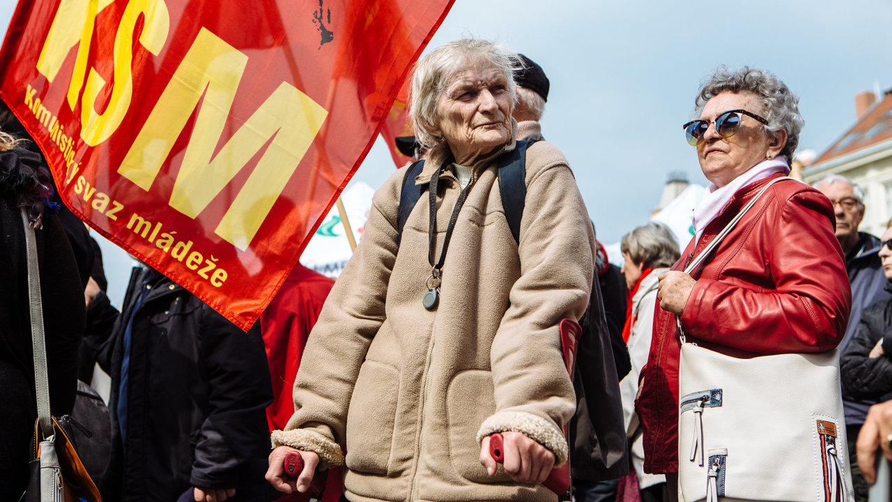 V sobotu 17. dubna se sejde odkládaný ústřední výbor KSČM. Konání on-line sjezdu celé strany znemožňuje věkový průměr straníků.