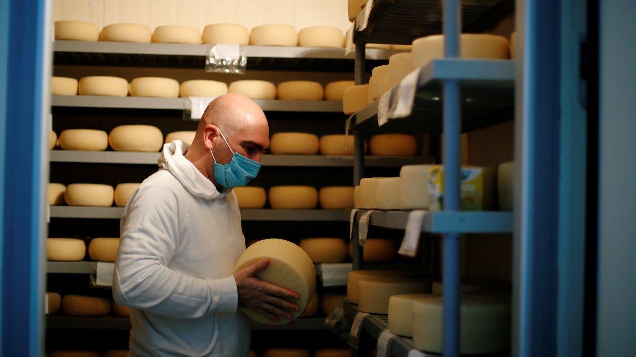 Američané se vrací do restaurací a ženou tím nahoru cenu sýra. – Ilustrační foto