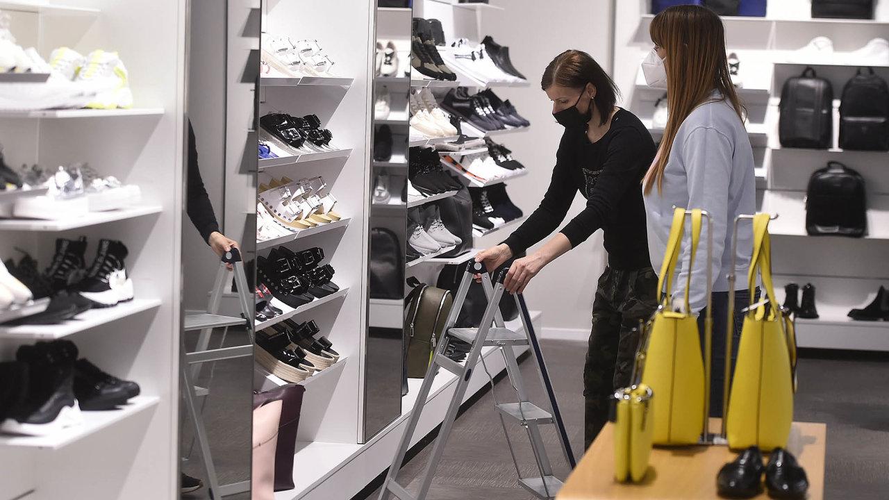 Obchody v centru Freeport Fashion Outlet v Hatích na Znojemsku se 6. května 2021 připravují na znovuotevření. Po zmírnění protiepidemických opatření budou moci zákazníky přivítat 10. května.