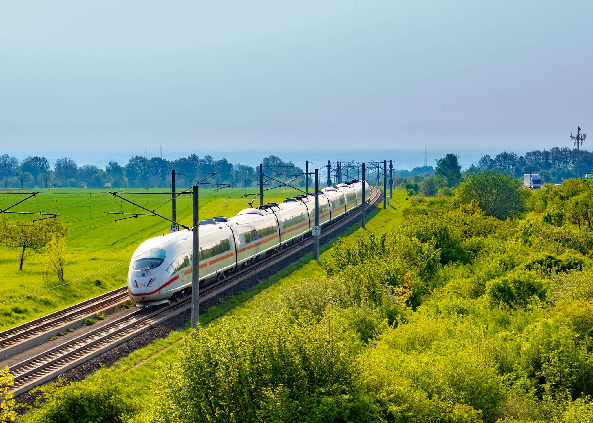 Zatímco vČesku není ani kilometr vysokorychlostní železniční sítě, vNěmecku bylo odroku 1991 uvedeno doprovozu pět nově vystavěných vysokorychlostních tratí pro rychlosti 250–300 km/h, další se staví nebo plánují.