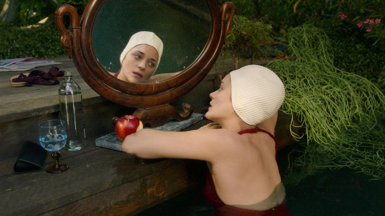Hrdinka vpodání Marion Cotillardové je coby operní diva specialistkou navelkolepé umírání. Anejen najevišti.