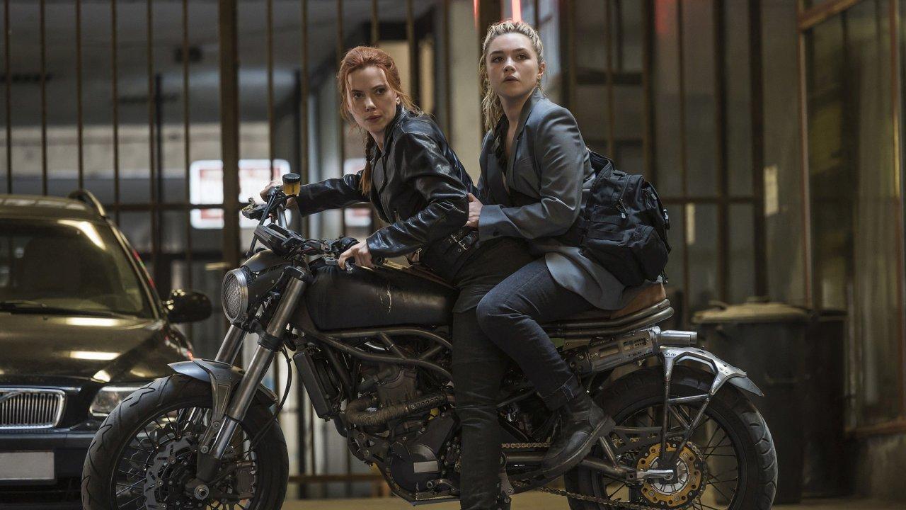 Black Widow, jíž propůjčuje své charisma Scarlett Johanssonová, je členkou speciální úderné jednotky Avengers. Zábavná novinka vypráví příběh opočátcích původem ruské hrdinky.