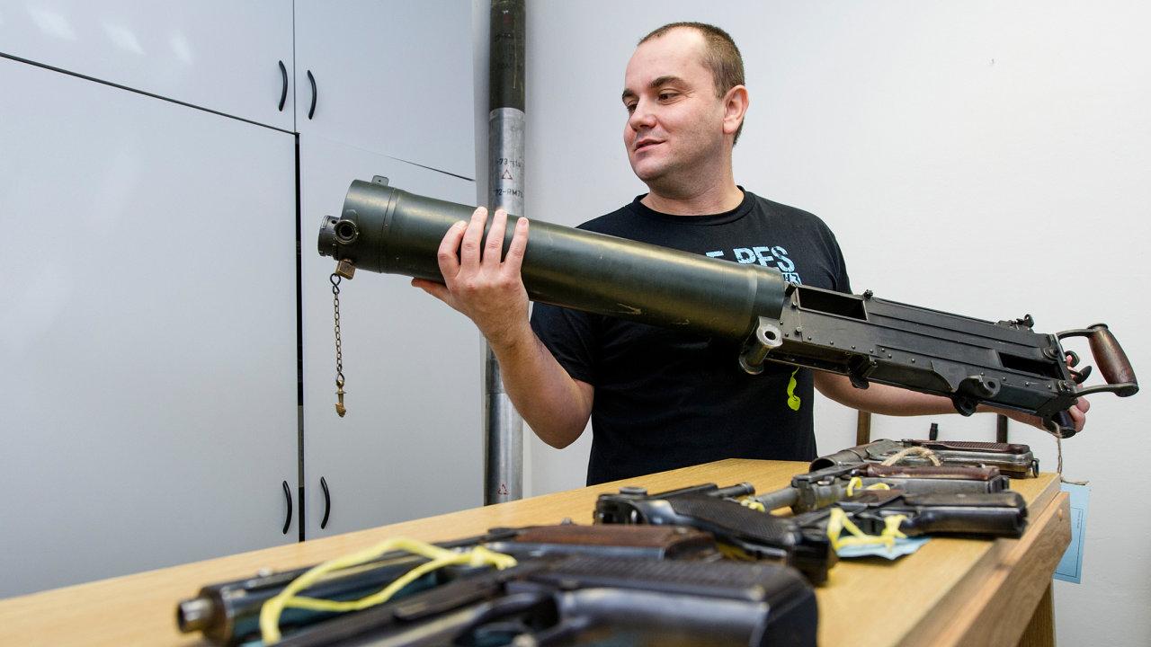Zbraňová amnestie. Na snímku policista Přemysl Krátký ukazuje britský kulomet Vickers Mark 1, který armáda používala za první i druhé světové války.