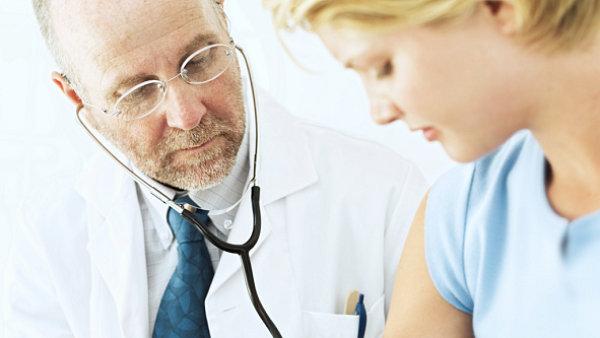 Lidé nechodí k doktorovi. Praktičtí lékaři prý nemají žádný nástroj, jak pacienta k návštěvám ordinace donutit - Ilustrační foto.