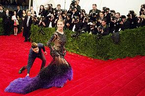 Nejkrásnější šaty z Met Gala: Beyoncé s chlupatou vlečkou a Rihanna v krokodýlí kůži
