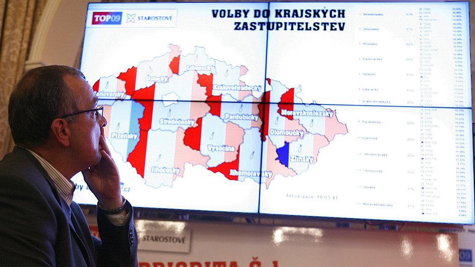 Miroslav Kalousek (TOP 09) sleduje průběžné výsledky voleb.