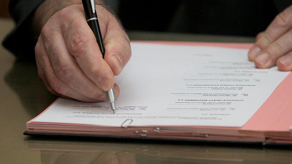 Podpis smlouvy - ilustrační foto
