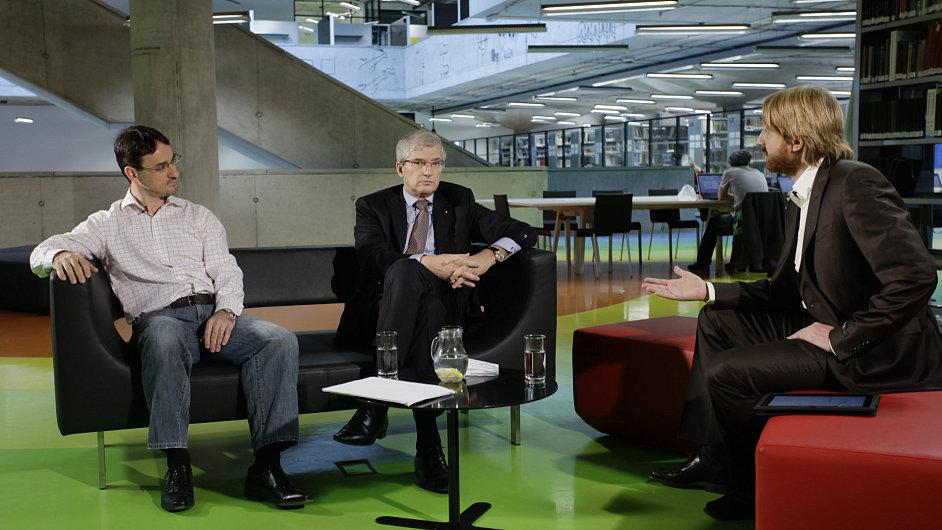Jiří Kunert, šéf UniCredit Bank (uprostřed) a Erich Čomor, šéf Air Bank (vlevo) během natáčení.