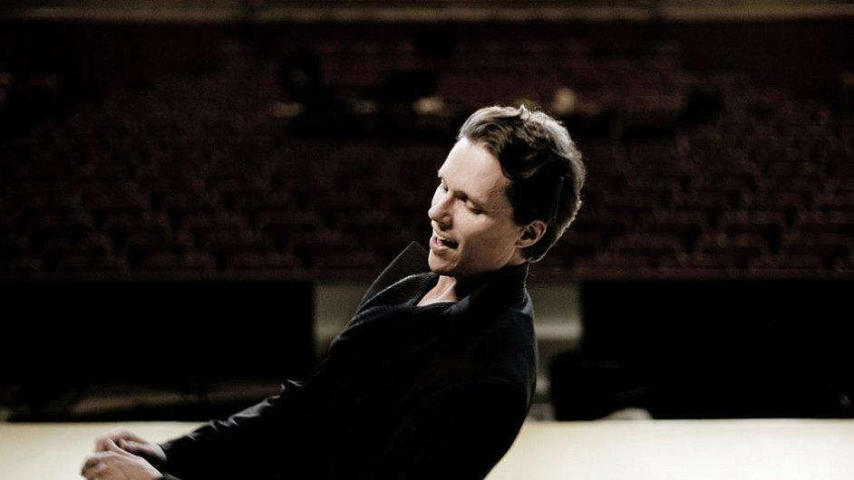 Finský operní tenor Topi Lehtipuu začínal s rockovou kapelou.