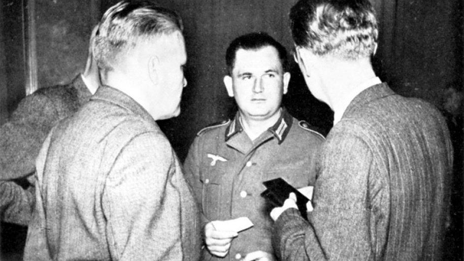 Desátník Jiří Šmolík (uprostřed) v uniformě wehrmachtu na tiskové konferenci v Praze