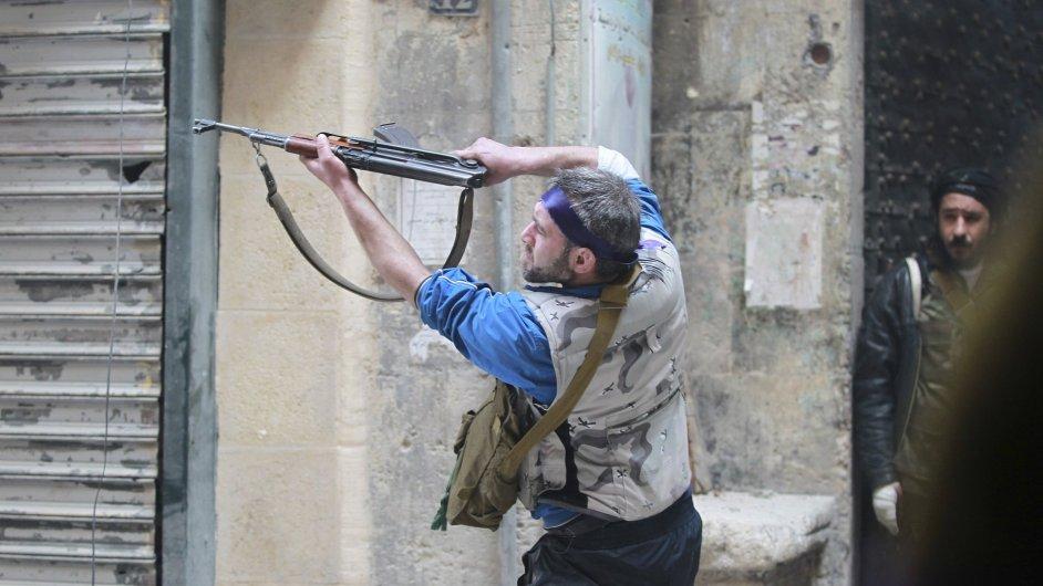 Bojovník syrské povstalecké armády v Aleppu