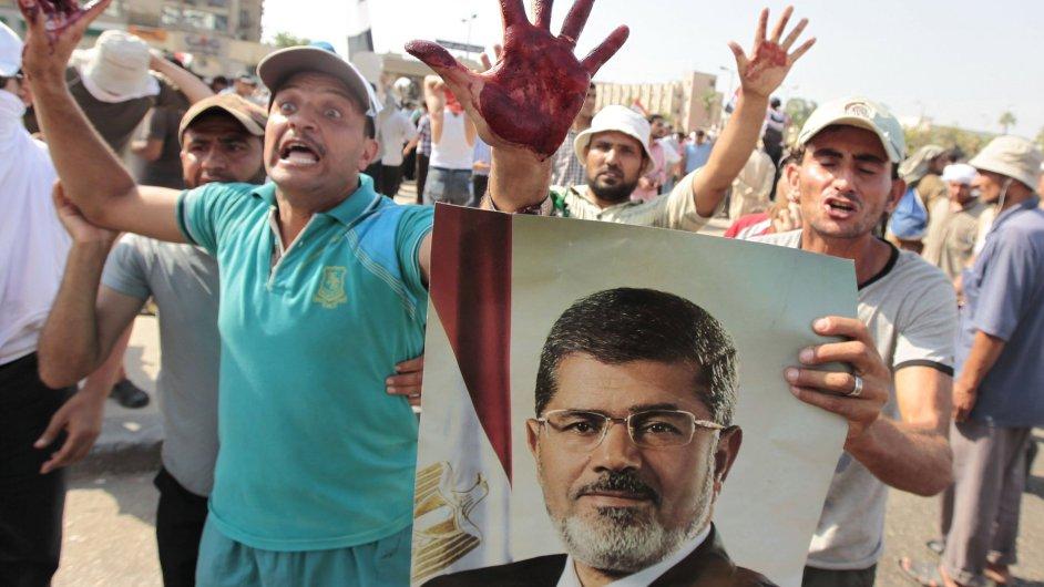 Protestující příznivci svrženého prezidenta Mursího během nepokojů v Káhiře.