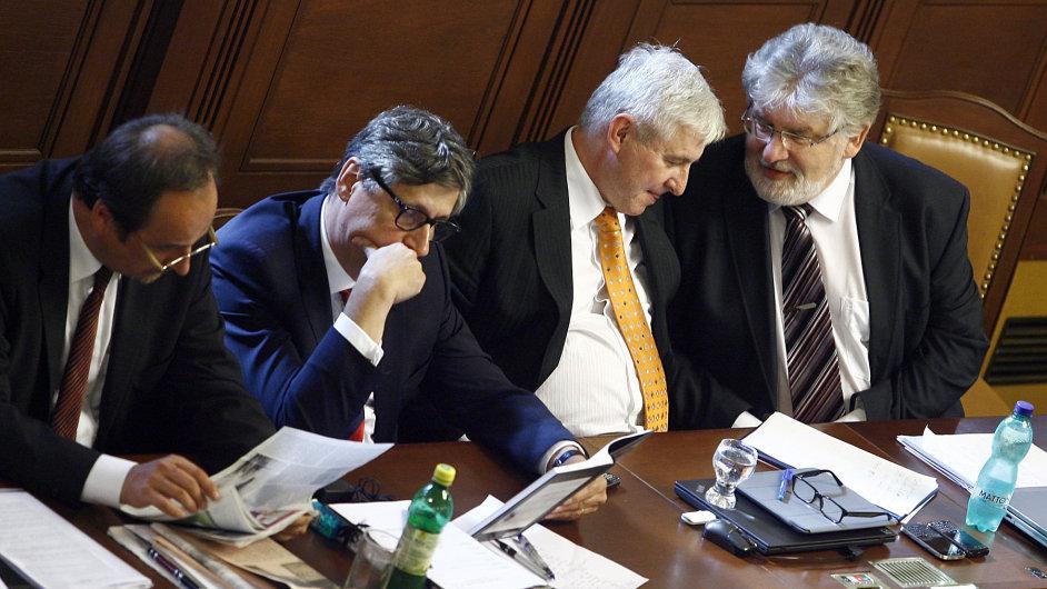 Vláda Jiřího Rusnoka přidá protikorupčním policistům 15 milionů korun