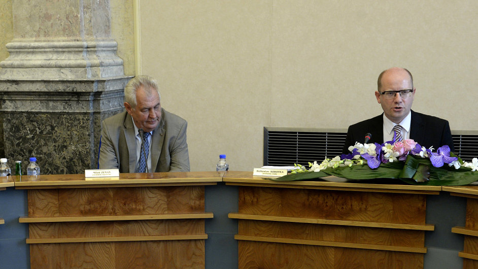 Prezident Miloš Zeman (uprostřed) se zúčastnil zasedání vlády.