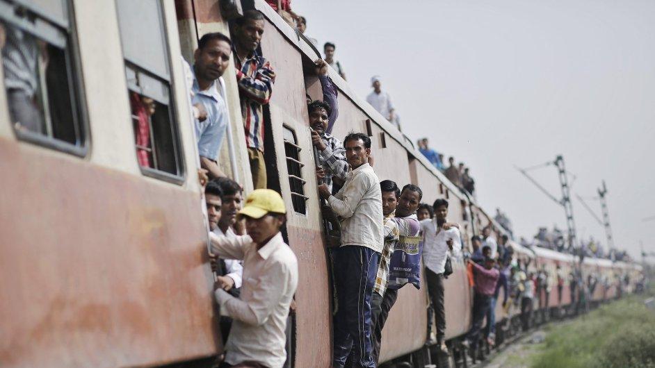 Přeplněnými indickými vlaky jezdí denně 23 milionů lidí.