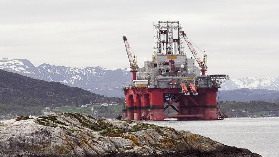 Ropná plošina v jednom z norských fjordů - zdroj financí státního norského ropného fondu.