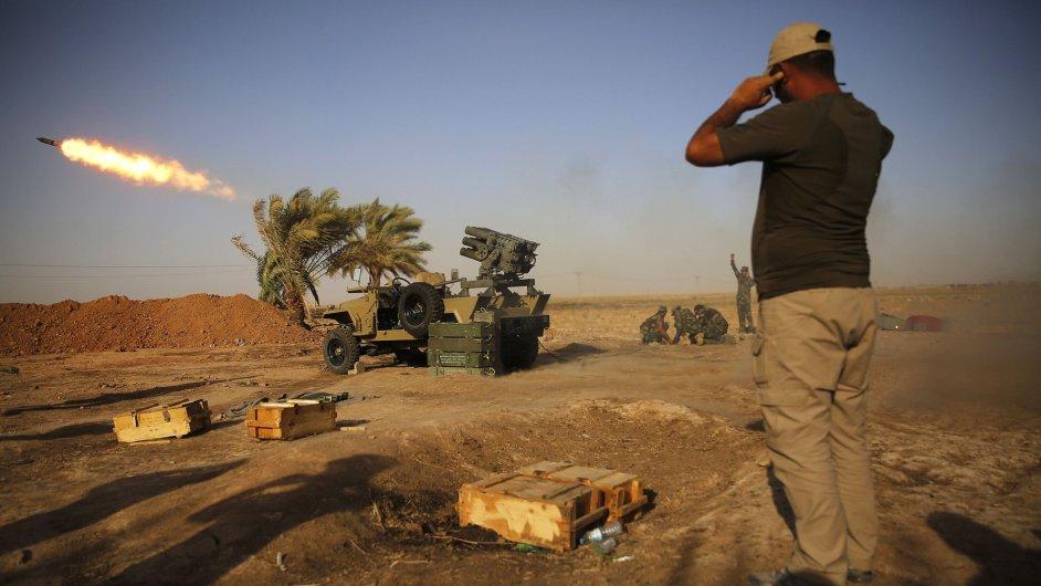 Šíitský bojovník odpaluje raketu při soubojích s rebely z Islámského státu.