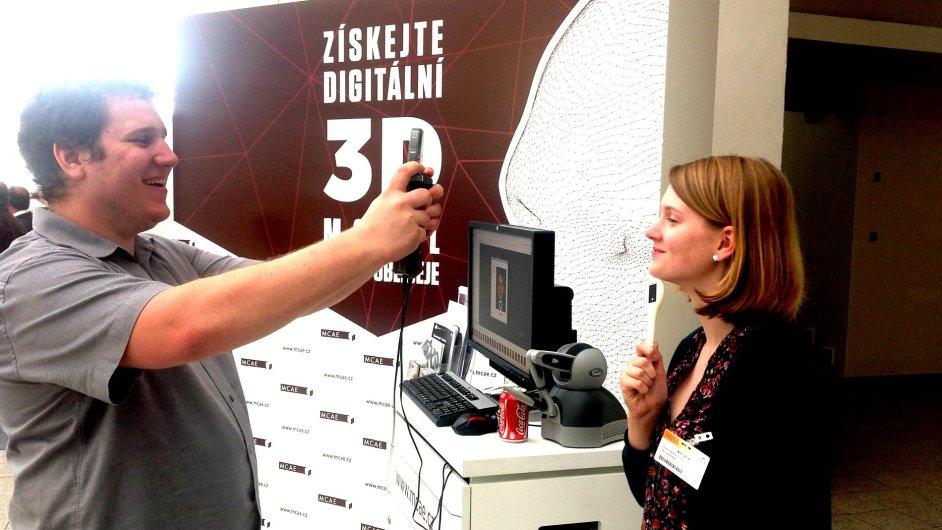 Redaktorka HN Adéla Skoupá podstupuje skenování obličeje.