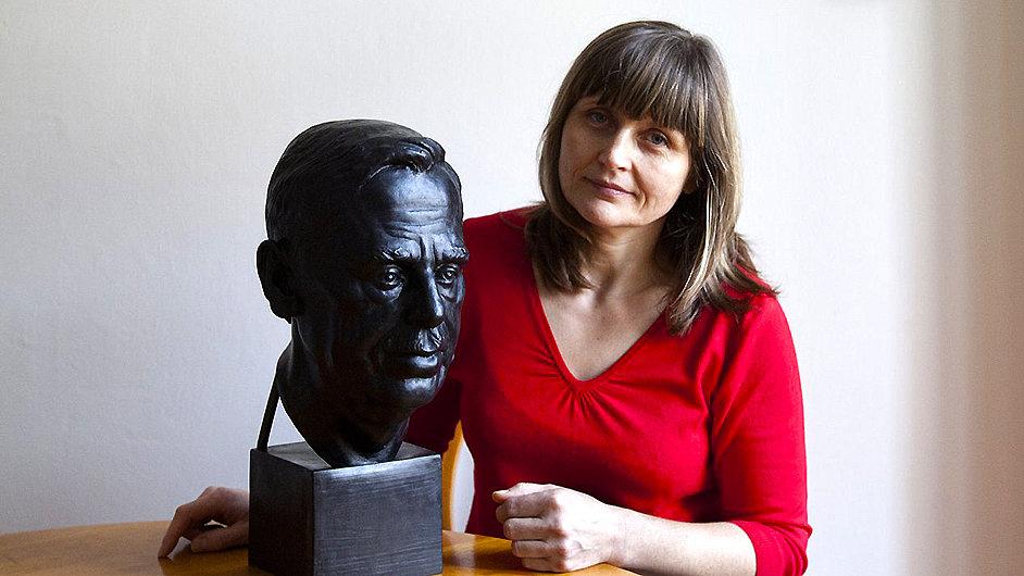 Marie Šeborová s bustou Václava Havla pro irský parlament.