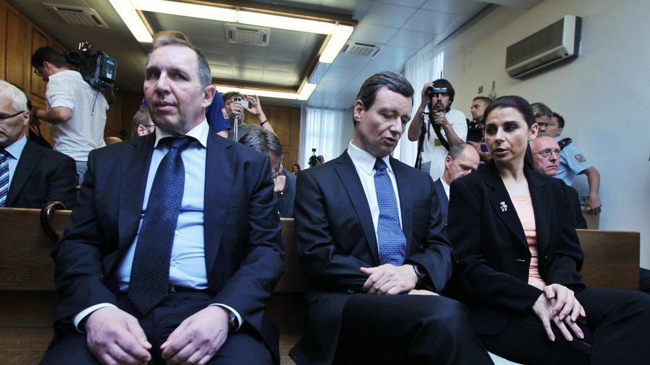 Petr Kott, David Rath a Kateřina Kottová (dříve Pancová) u soudu v roce 2013.