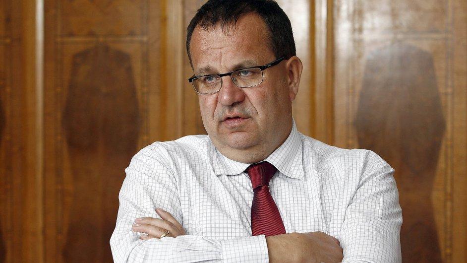 Ministr průmyslu Jan Mládek se pokusí přesvědčit šéfku ERÚ Alenu Vitáskovou, aby bylo vyplácení podpor spuštěno od Nového roku.