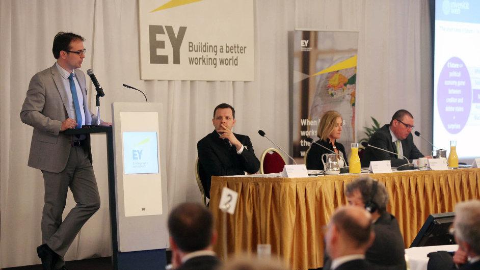 Zdeněk Kudrna z Vídeňské univerzity (vlevo) vystoupil na akci pořádané společností EY.