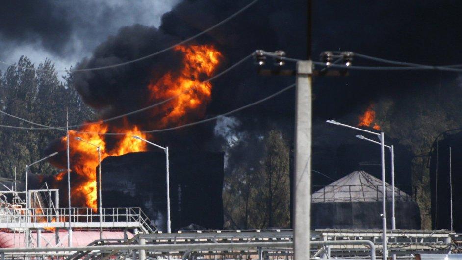 Poblíž Kyjeva stále hoří ropné nádrže.