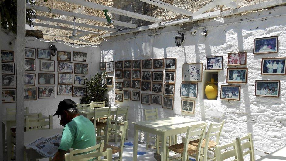 Muž čte noviny v taverně na řeckém ostrově Paros. (ilustr. foto)