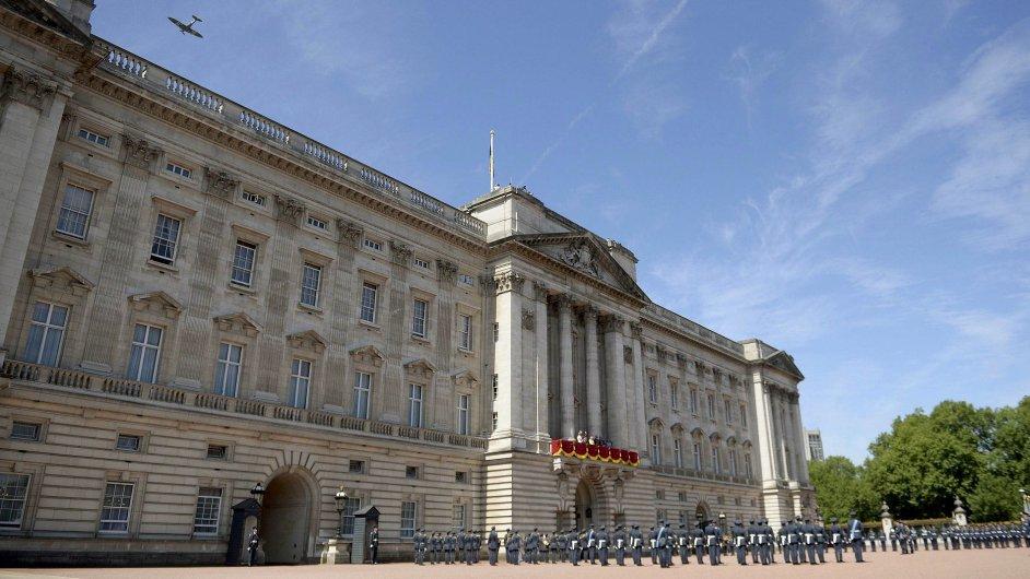 Letecká přehlídka tří letounů Spitfire a dvou letounů Hurricaine přelétla nad Buckinghamským palácem.