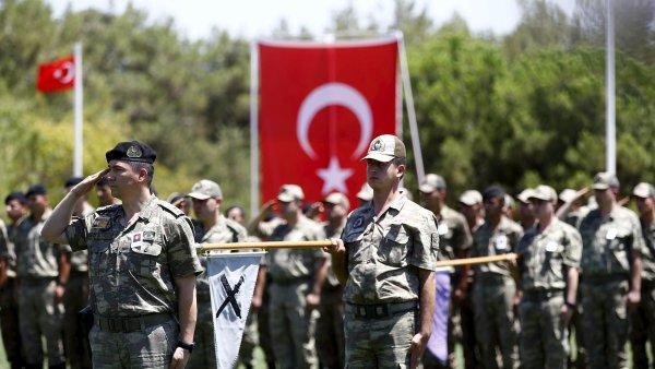 Sebevra�edn� �tok v Turecku zabil dva voj�ky, 31 jich zranil