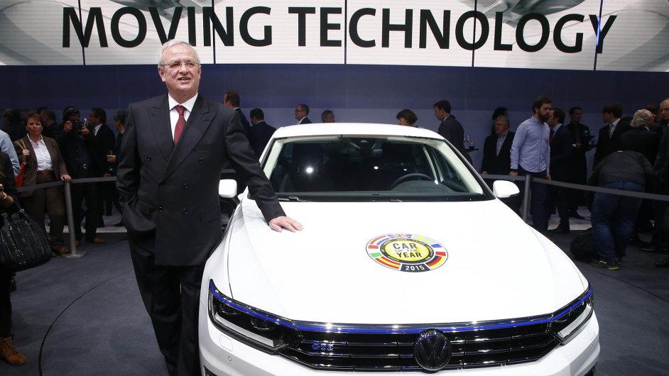 Na březnovém ženevském autosalonu ještě Martin Winterkorn hrdě pózoval u nové generace passatu, který se stal evropským autem roku 2015.