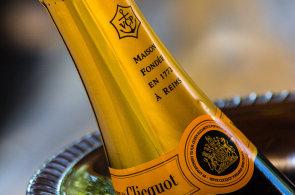 Jak správně podávat šumivé víno či šampaňské? Vyvarujte se chyb, které by vám mohly pokazit silvestrovský večer