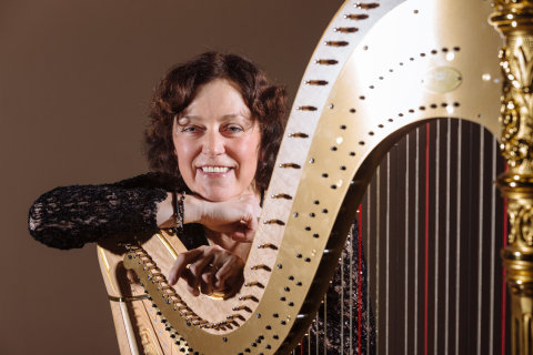 Na snímku harfistka České filharmonie Barbara Pazourová.