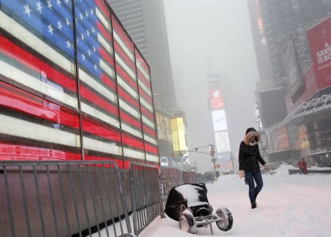 Sn�hov� bou�e na newyorsk�m Times Square na Manhattanu.