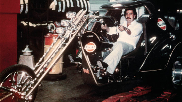 Na dobov�ch fotografi�ch Pablo Escobar nep�sob� jako vrah - sledujete mu�e s kulat�m, t�m�� dobr�ck�m obli�ejem, kter� je trochu p�i t�le, m� neupraven� vlasy a n�kdy kn�rek.