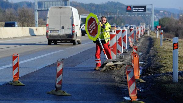 Kvůli opravám a uzavírkám na D1 řidiči čekáním a ztrátou času a produkce promrhají až 1,1 miliardy korun ročně, ukazuje nová analýza Raiffeisenbank. - Ilustrační foto.