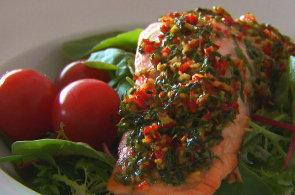 Pod�vejte se, jak se v restauraci Ristorante Fabiano p�ipravuje losos s lehkou letn� marin�dou