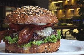 Pod�vejte se, jak v restauraci Meat & Greet p�ipravuj� lahodn� burger