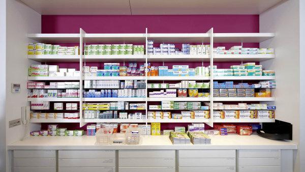 Lékárnám chybí léky, některé je ale samy nelegálně vyvážejí. Mizí na Slovensko
