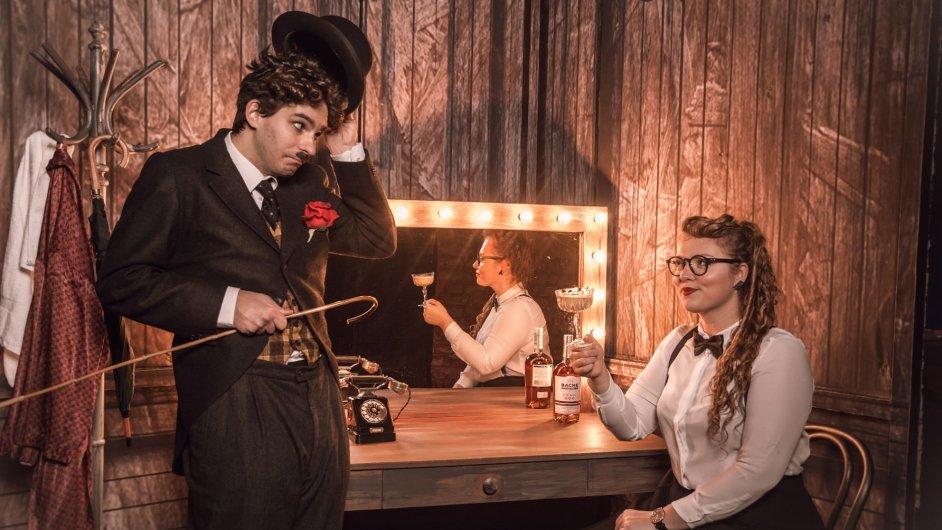 Jednotlivé drinky mají vystihovat konkrétní divadelní postavy. Na obrázku koktejl Charlie Chaplin s autorkou.