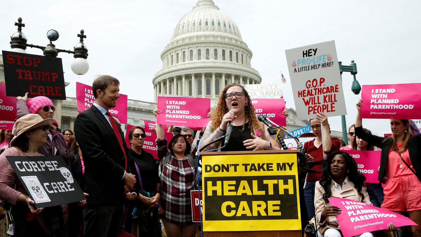 Lidé protestovali během toho, co se hlasovalo o reformě zdravotnictví.