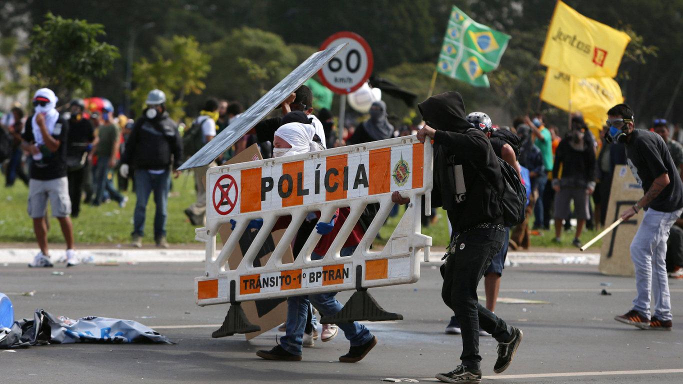 Demonstranti se střetli s policií při protestu proti prezidentu Temerovi.