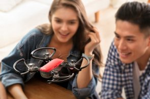 DJI ukázalo svůj zatím nejlevnější dron: Spark jde ovládat gesty a přistane na dlani