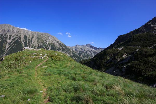 Z výstupu na Vichren. Je to turisticky snadno dostupný vrchol a mnoho Bulharů na něj jezdí jako na víkendovku.