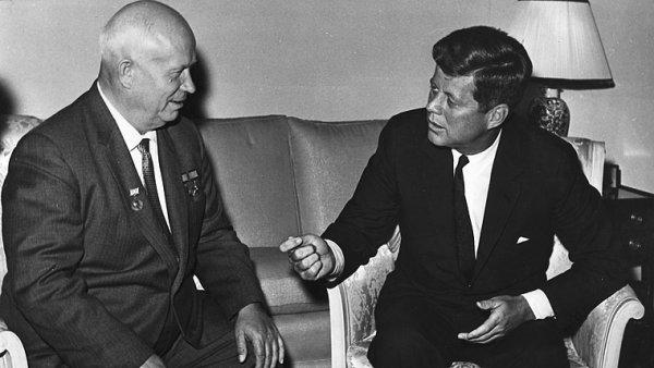 John F. Kennedy společně s generálním tajemníkem ÚV KSSS Nikitou Chruščovem při setkání ve Vídni v červnu 1961.