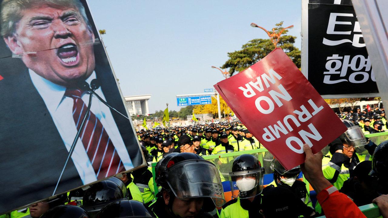 Donald Trump byl v metropoli Jižní Koreje přivítán mimo jiné i protestujícími.