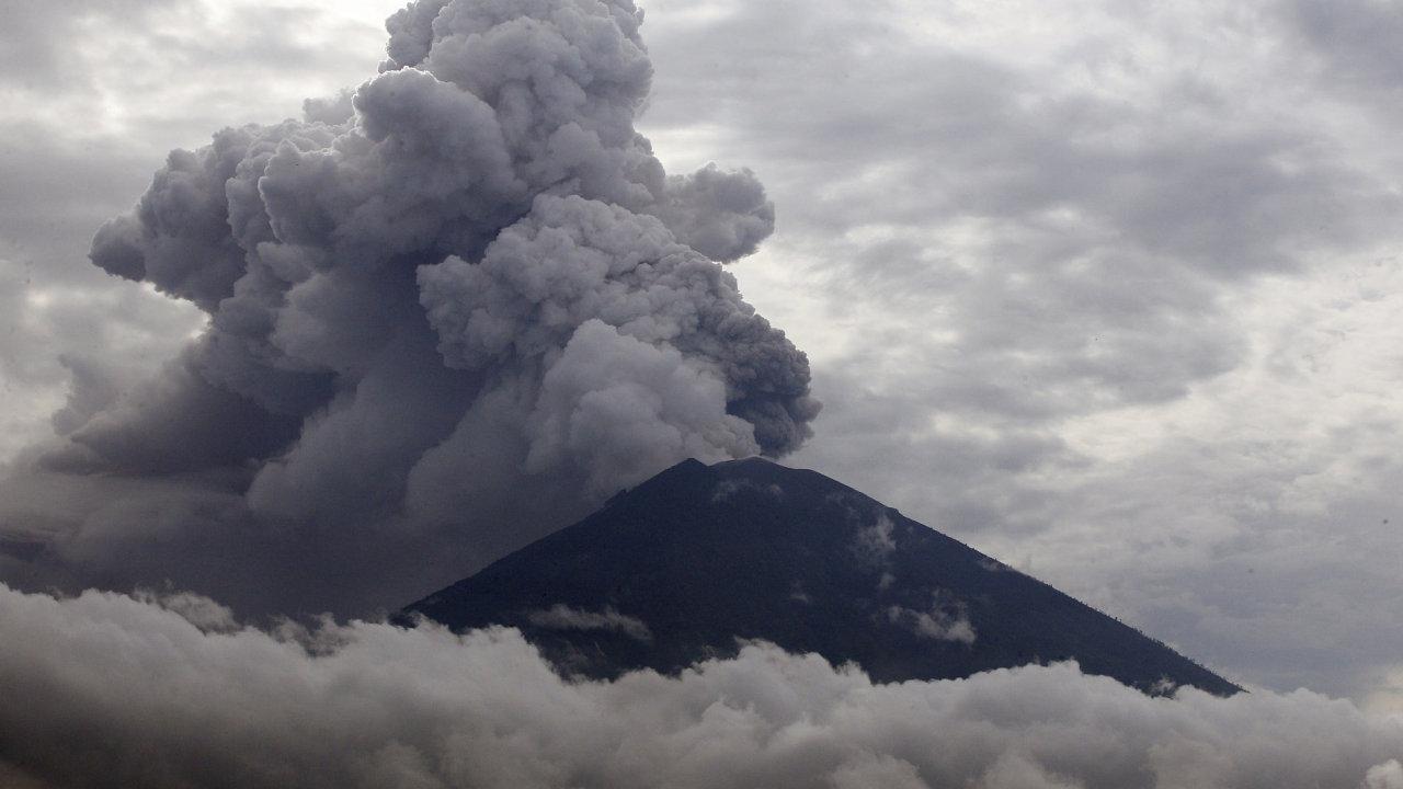 Sopka Agung děsí obyvatele Bali, hrozí erupce.