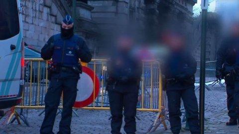 Strujce_atentatu_v_Parizi_Salah_Abdeslam_dorazil_k_soudu._Policiste_ho_privezli_v_kolone_aut.jpg